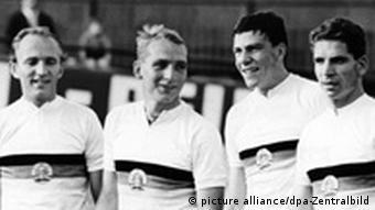 Die Nationalmannschaft der DDR im Bahnradfahren am 25.07.1964 in Berlin. Zu sehen sind: (l-r) Siegfried Köhler, Jürgen Kissner, Bernd Barleben und Wolfgang Schmelzer. Das Foto ist in schwarz-weiß. (Foto: dpa)