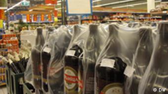 Бутылки с белорусским пивом в литовском гипермаркете