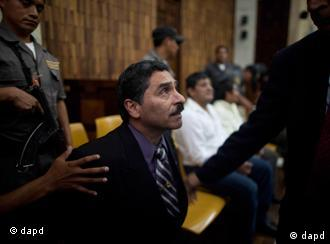 Former special forces soldier Carlos Antonio Carias, center, gestures to his lawyer after being sentenced at the end of a trial in Guatemala City, Tuesday, Aug. 2, 2011. The court sentenced three former special forces soldiers to 6,060 years in prison each for the massacre of more than 200 men, women and children, one of hundreds that occurred during Guatemala's 36-year civil war, which ended in 1996. Some 240,000 people, mostly Mayan Indians, vanished or died. (Foto:Rodrigo Abd/AP/dapd)