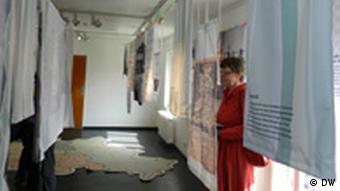 Дизайнерское решение новой выставки: экспонаты на бельевых веревках