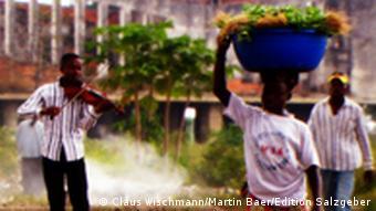 Musiker proben auf der Straße (Foto: Edition Salzgeber)