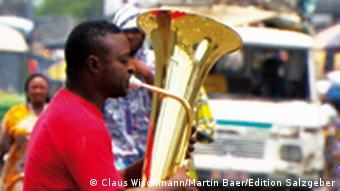 Ein Musiker mit Posaune probt auf der Straße (Foto: Edition Salzgeber)