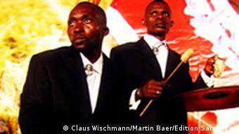 Musiker des 'Orchestre Symphonique Kimbanguiste' am Schlagzeug (Foto: Edition Salzgeber)
