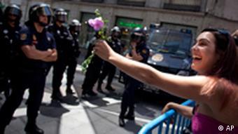 Eine Blume für die Polizisten (Foto:Arturo Rodriguez/AP/dapd)