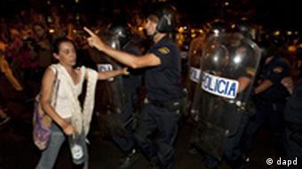 Polizisten und Demonstranten bei Ausschreitungen in Madrid (Foto: dapd)
