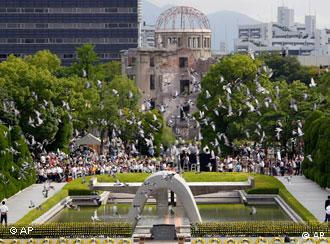 Doves fly by the gutted Atomic Bomb Dome, center in background, preserved as a landmark for the tribute to the A-Bomb attack, following a speech delivered by Prime Minister Naoto Kan, marking the 66th anniversary of the world's first atomic bombing, at Hiroshima Peace Memorial Park in Hiroshima, western Japan, Saturday, Aug, 6, 2011. (Foto:Koji Sasahara/AP/dapd)