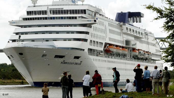 Flash-Galerie Luxuskreuzfahrtschiff auf dem Nord-Ostsee-Kanal