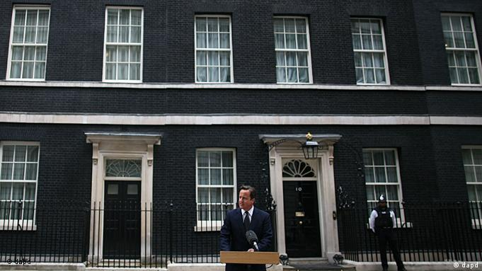 British Prime Minister David Cameron addresses the media outside 10 Downing Street in London Tuesday, Aug. 9, 2011. Cameron announced the recall of Parliament from its summer recess to deal with the crisis touched off by three days of rioting in London. The Prime Minister described the scenes of burned buildings and smashed windows on the streets of London and several other British cities as sickening. However, he refrained from ordering more extreme anti-rioting measures, such as calling in the military to help the beleaguered police restore order.(Foto:Elizabeth Dalziel/AP/dapd)