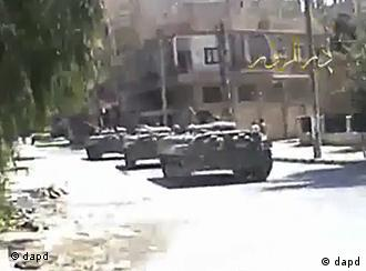 In this image made from amateur video released by DPN (Deir el-Zour Press news) and accessed via The Associated Press Television News on Wednesday Aug. 10, 2011, shows Syria tanks on the street in Deir el-Zour Syria on Tuesday Aug. 9. 2011. Syrian troops seized control of the eastern flashpoint city of Deir el-Zour Wednesday following intense shelling and gunfire, an activist said, as the international community intensified its pressure on the country's president to end the deadly crackdown. (Foto:DPN via APTN/AP/dapd) THE ASSOCIATED PRESS CANNOT INDEPENDENTLY VERIFY THE CONTENT, DATE, LOCATION OR AUTHENTICITY OF THIS MATERIAL