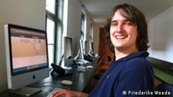 Joseph Röhmel sitzt vor seinem vor dem PC. (Foto: DW/Friederike Weede)