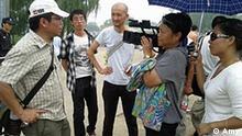 Prozess gegen Menschenrechteaktivistin Wang Lihong geöffnet. Unterstützer von Wang versammelten sich vor dem Gericht trotz des großen Polizeiaufgebots. Foto Amy 12.08.2011 in Peking. Zugelifert von der China-redaktion Wang Lihong, China, Peking, Prozeß, Menschenrechte, Menschenrechtler