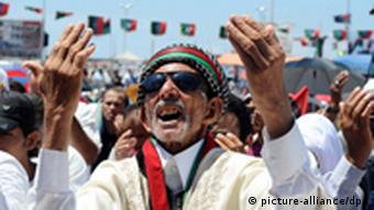 epa02865444 A picture made available on 13 August 2011, shows a Libyan man reacting, during a demonstration in Benghazi, Libya, 12 August 2011. According to media reports, a Libyan rebel spokesman says that Gharyan, a strategic city located about 50 kilometers from Tripoli is now under Rebel's control. Reports also say that Libyan families try to flee the Libyan capital, as rebel pushing forward to Tripoli. EPA/STR +++(c) dpa - Bildfunk+++