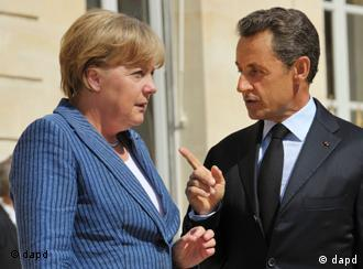 France's President Nicolas Sarkozy, right, speaks to German Chancellor Angela Merkel as he welcomes the German leader at the Elysee Palace, in Paris Tuesday Aug. 16, 2011. (Foto:Philippe Wojazer, Pool/AP/dapd)