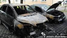 Zwei durch einen Brand zerstörte Fahrzeuge stehen am Mittwoch (17.08.2011) in Berlin auf einem Parkplatz. Links ein Mercedes-Benz und rechts ein Opel. Die seit Jahren anhaltende Serie nächtlicher Auto-Brandstiftungen in Berlin nimmt immer größere Ausmaße an. Allein in der Nacht zum Mittwoch wurden 17 Fahrzeuge beschädigt: 14 wurden direkt angezündet, auf 3 weitere griffen die Flammen über. Foto: Rainer Jensen dpa/lbn