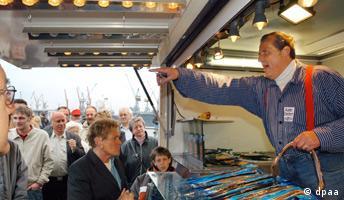 Hamburg Fischmarkt Der Fischverkäufer Aale-Dieter versucht am frühen Sonntagmorgen auf dem Fischmarkt in Hamburg seine Kundschaft zu erheitern