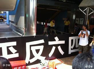 Forderung der Rehabilitaion der 4.6. Bewegung (siehe Tian'anmen-Massaker) bei der Demonstration gegen Li Keqiangs Besuch in Hongkong . Ort: vor Verwaltungsgebäude der Hongkong -Regierung . Li Keqiang (chinesisch 李克强 Lǐ Kèqíang, * Juli 1955, Kreis Dingyuan, Anhui, Volksrepublik China) ist seit Oktober 2007 Mitglied des Ständigen Ausschusses des Politbüros der Kommunistischen Partei Chinas und seit März 2008 als Vize-Premierminister Mitglied des Staatsrates. Zugeliefert durch Mingfang Han am 18.8.2011. Copyright: Su Yutong/DW