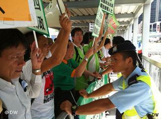 Demonstranten bei der Demonstration gegen Li Keqiangs Besuch in Hongkong. Ort: vor Verwaltungsgebäude der Hongkong -Regierung . Li Keqiang (chinesisch 李克强 Lǐ Kèqíang, * Juli 1955, Kreis Dingyuan, Anhui, Volksrepublik China) ist seit Oktober 2007 Mitglied des Ständigen Ausschusses des Politbüros der Kommunistischen Partei Chinas und seit März 2008 als Vize-Premierminister Mitglied des Staatsrates. Zugeliefert durch Mingfang Han am 18.8.2011. Copyright: Su Yutong/DW