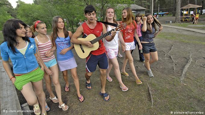 Νεαροί Ρώσοι διασκεδάζουν σε κατασκήνωση