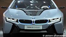Ein BMW i8 steht am 29.07.2011 in Frankfurt am Main während der Präsentation der BMW Elektromodelle i3 und i8 auf der Bühne. Die beiden Konzeptversionen bestehen zum Teil aus kohlenstofffaserverstärktem Kunststoff, der in einem US-amerikanischen Werk hergestellt wird. Foto: Marc Tirl