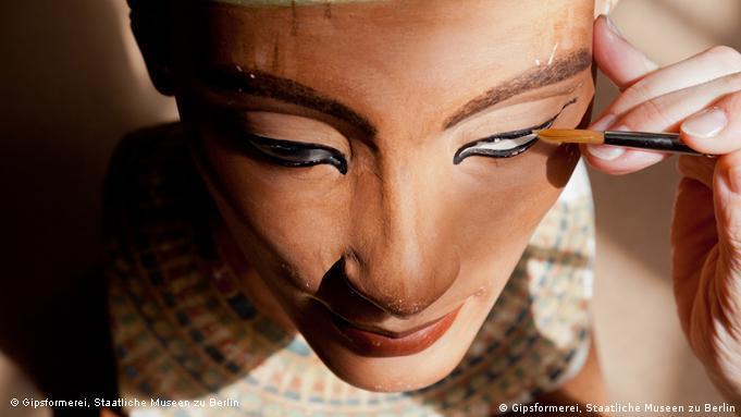 Під час роботи художника над копією бюсту Нефертіті