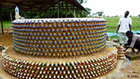 Nigeria Haus aus PET-Flaschen in Afrika Plastikflaschen statt Ziegel (DARE)