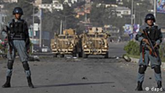 Afghanische Sicherheitskräfte haben eine Straßensperre errichtet (Foto: AP)