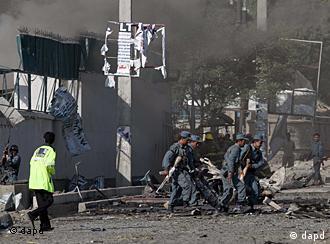 Sicherheitskräfte räumen Trümmer vor dem British Council in Kabul weg (Foto: AP)