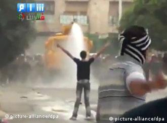 Syrische Demonstranten trotzen den Sicherheitskräften in Hama im August 2011 (Foto: EPA)