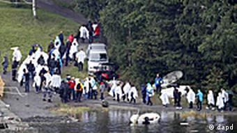 بستگان قربانیان حملهی مسلحانهی برایویک در جزیرهی اوتویا، به یاد عزیزانشان در محل جنایت گردآمدهاند.
