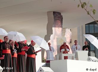 El Papa durante el viacrucis de este viernes en la Plaza de Cibeles de Madrid.