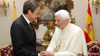 In this photo released by the Spanish government, Spain's Prime Minister Jose Luis Rodriguez Zapatero, left meets Pope Benedict XVI Madrid Friday Aug. 19, 2011. Pope Benedict XVI lamented Friday what he called modern society's amnesia about God on the second day of his four-day visit for the church's world youth festival. (Foto:La Moncloa.gob.es/AP/dapd)
