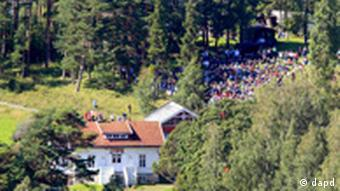 Survivors and their relatives of the July 22 attack visit the island of Utoya in Norway Saturday Aug. 20 2011. Up to 1,000 survivors and relatives were expected on Utoya island, accompanied by police and medical staff, to face the painful memories of the shooting spree by a right-wing extremist. (Foto:Cornelius Poppe, Scanpix/AP/dapd) NORWAY OUT