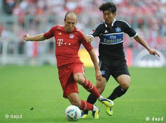 Bayern's Arjen Robben of the Netherlands, left, and Hamburg's Son Heung-Min of South Korea challenge for the ball during the German first division Bundesliga soccer match between FC Bayern Munich and Hamburger SV in Munich, southern Germany, Saturday, Aug. 20, 2011. (Foto:Kerstin Joensson/AP/dapd) - NO MOBILE USE UNTIL 2 HOURS AFTER THE MATCH, WEBSITE USERS ARE OBLIGED TO COMPLY WITH DFL-RESTRICTIONS, SEE INSTRUCTIONS FOR DETAILS -