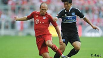 Bayern's Arjen Robben (left) and Hamburg's Son Heung-Min challenge for the ball