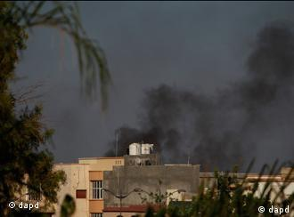 Smoke rises as heavy gunfire is heard all around in Tripoli, Libya, Sunday, Aug. 21, 2011. Libyan rebels captured a major military base that defends Moammar Gadhafi's stronghold of Tripoli as clashes and protests raged in the streets of the capital on Sunday. The tide of the 6-month-old civil war appeared to be turning quickly against the leader of more than four decades.(Foto:Dario Lopez-Mills/AP/dapd)