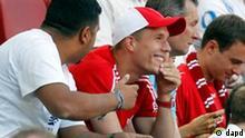 Fussball, 1. Bundesliga, Saison 2011/2012, 3. Spieltag, 1. FC Koeln - 1. FC Kaiserslautern, Samstag (20.08.11) RheinEnergieStadion, Koeln: Koelns Lukas Podolski (M.) schaut sich das Spiel von der Tribuene aus an. Das Spiel endete 1:1. +++ Achtung Bildredaktionen: Die Verwendung der Bilder fuer die gedruckten Ausgaben der Zeitungen und andere Print-Medien ist ohne Einschraenkungen moeglich. Die DFL erlaubt ausserdem die Publikation und Weiterverwertung von maximal sechs Bildern pro Spiel im Internet. Eine Weiterverwertung im IPTV, Mobilfunk und durch sonstige neue Technologien ist erst 2 Stunden nach Spielende der jeweiligen Wettbewerbsspiele der Bundesliga und 2. Bundesliga erlaubt! Foto: Roberto Pfeil/dapd