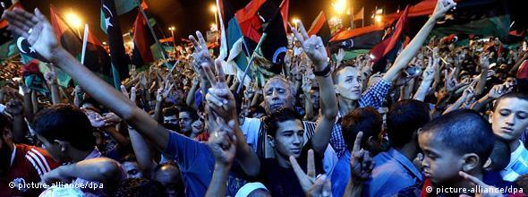 epa02876739 People celebrate the capture in Tripoli of Moammar Gadhafi's son and one-time heir apparent, Seif al-Islam, at the rebel-held town of Benghazi, Libya, early on 22 August 2011. Libyan rebels raced into Tripoli in a lightning advance on 21 August 2011 that met little resistance as Muammar Gaddafi's defenders melted away and his 42-year rule appeared to rapidly crumble. The euphoric fighters celebrated with residents of the capital in the city's main square, the symbolic heart of the regime. EPA/STR +++(c) dpa - Bildfunk+++