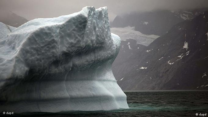 A melting iceberg broken from Greenland's ice sheet in 2011 (dapd)