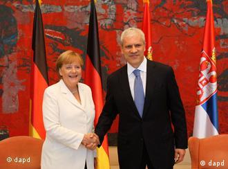 Germany's Chancellor Angela Merkel, left, shakes hands with Serbian President Boris Tadic, in Belgrade, Serbia, Tuesday, Aug. 23, 2011. Chancellor Merkel is on a two-day visit to Serbia.(Foto:Darko Vojinovic/AP/dapd)