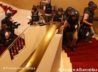 Em Trípoli jornalistas portam capacetes e coletes à prova de balas