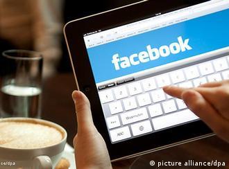منتقدان میگویند شبکههای اجتماعی فرصت بیشتری برای هموندی و جذب در جامعه به کاربران میدهند