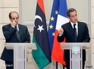 نیکولا سارکوزی در کنار محمود جبرئیل، رهبر شورای انتقالی لیبی. فرانسه به همراه بریتانیا از میزبانان کنفرانس پاریس است