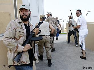 Libyan rebels patrol to try to find any of Moammar Gadhafi's relatives as they heard rumors that one of his sons was hiding inside a building, in Tripoli, Libya, Wednesday, Aug. 24, 2011. (Foto:Francois Mori/AP/dapd)
