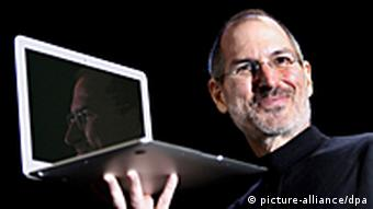 Steve Jobs mit MacBook (Foto: dapd)
