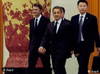 French President Nicolas Sarkozy, center, arrives for a meeting with Chinese President Hu Jintao at the Great Hall of the People in Beijing Thursday, Aug. 25, 2011. Sarkozy has made a short stop in Beijing to discuss the economic woes hitting the world with his Chinese counterpart. (Foto:Goh Chai Hin, Pool/AP/dapd)