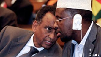 Executive Secretary of Intergovernmental Authority on Development, IGAD, Mahbub Mualem, left, speaks to the President of Somalia Sheik Sharif Sheik Ahmed during a pledging conference on Somalia Famine at the Economic Commission of Africa, ECA, in Addis Ababa, Ethiopia Thursday, Aug. 25, 2011. IGAD is an organization of six eastern African countries focused on drought control and development initiatives. (Foto:Elias Asmare/AP/dapd)