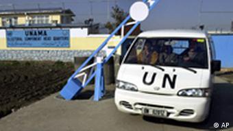 Ein UN-Fahrzeug passiert eine Schranke (Foto: AP)