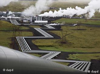 Die Stahlrohre des Geothermiekraftwerks Hellisheidi durchziehen die Landschaft bei Reykjavik (Foto: dapd)