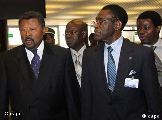 Jean Ping, left, Chairman of the African Union and Teodoro Obiang Mbasogo, right, President of Equatorial Guinea arrive at the Economic Commission of Africa, ECA, in Addis Ababa Ethiopia, Thursday, Aug. 25, 2011 to attend the pledging conference on Somalia famine. (Foto:Elias Asmare/AP/dapd)