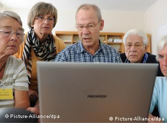 Senioren sitzen vor einem Laptop (Foto: dpa)